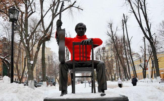 Памятник Высоцкому в свитере