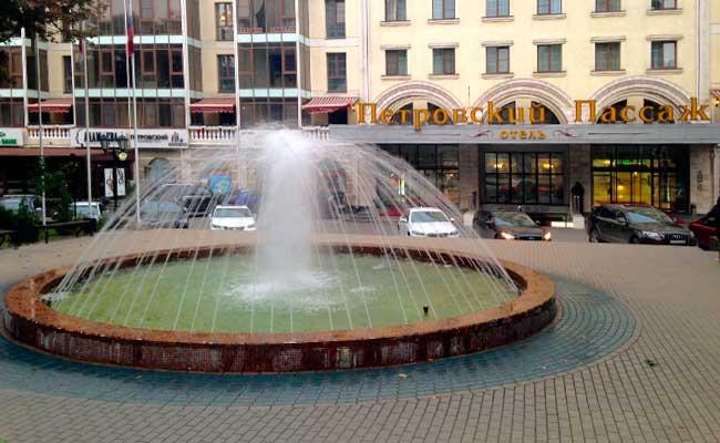 Петровский сквер: фонтан и здание Пассажа