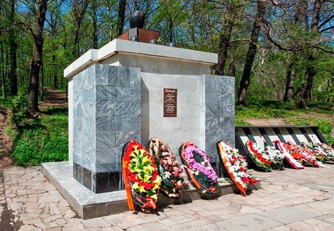 Памятник на братской могиле 13 после реконструкции 1996 г.