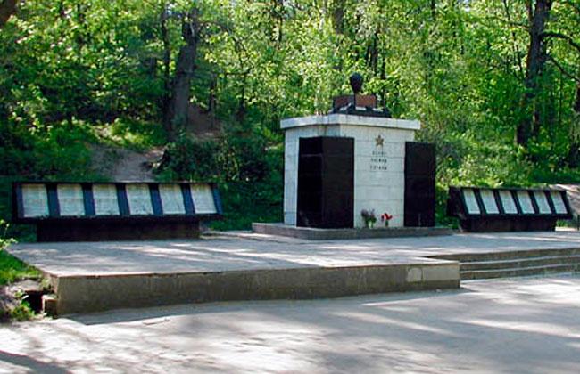 Братская могила 13, военный мемориал после реконструкции 1986 г.