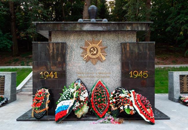 Фронтальная часть мемориала в парке Динамо