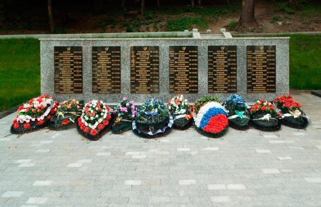 Стена со списками захороненных в братской могиле 13