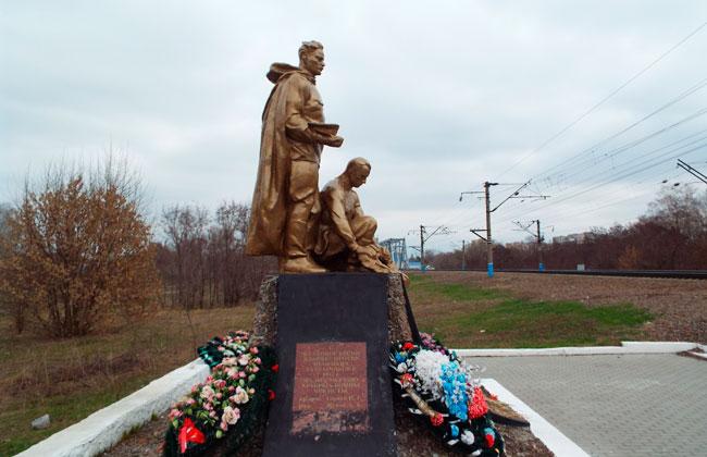 Вид на памятник со стороны правого берега Воронежа