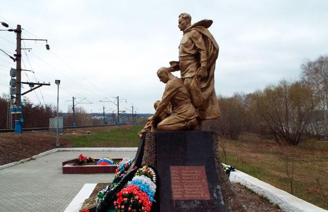 Вид на памятник со стороны левого берега Воронежа