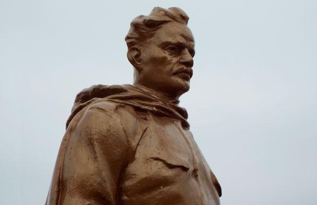 Памятник на братской могиле 12: фигура стоящего со снятой фуражкой воина