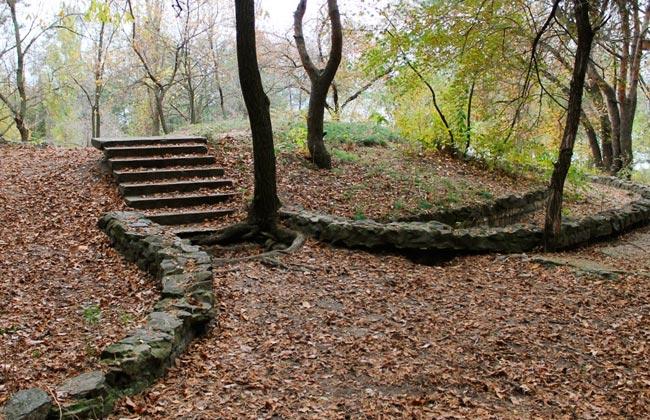 Остатки бетонных лестниц в парке
