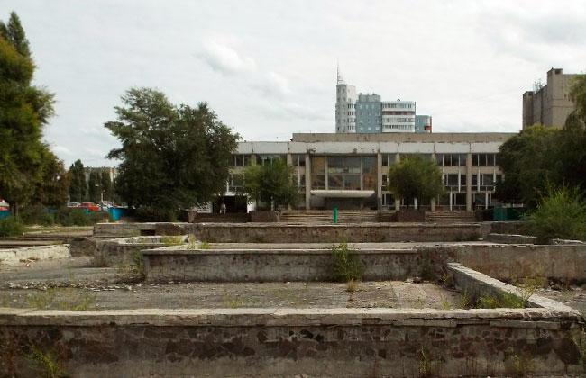 Каскадные фонтаны у парка Дельфин