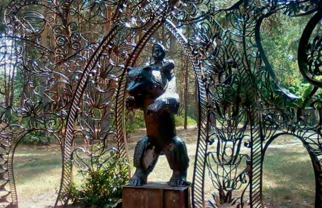 Парк Танаис: скульптура Маша и медведь