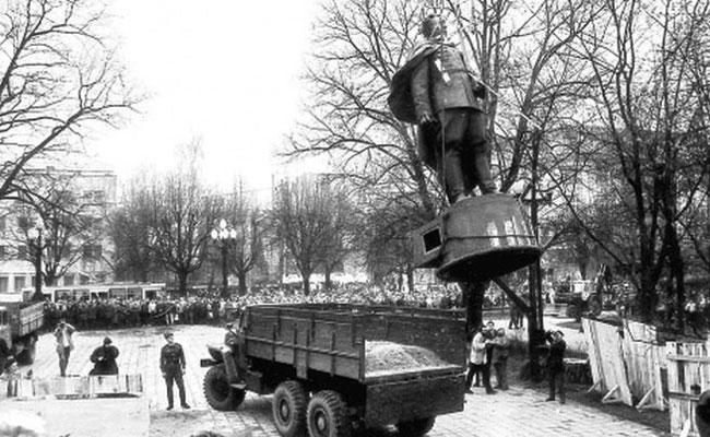 Демонтаж памятника Черняховскому в Вильнюсе, 1991 г.