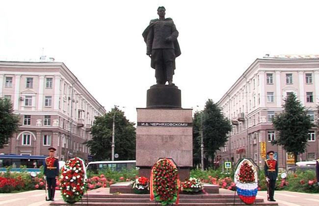 Памятник Черняховскому И.Д., фото 2016