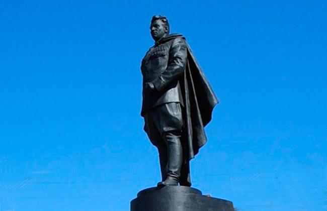 Памятник Ивану Черняховскому в Воронеже