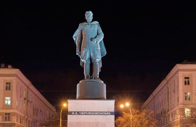 Памятник Черняховскому (Воронеж), ночное фото