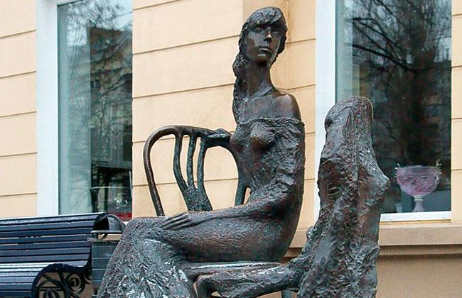 Памятник Незнакомке: фото, крупный план