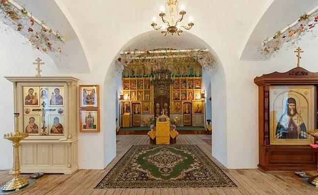 Внутреннее убранство Тихвино-Онуфриевского храма
