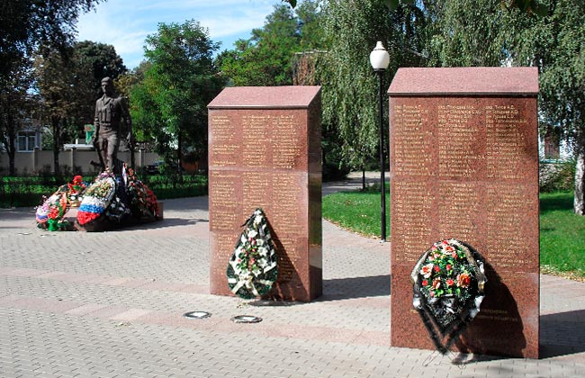 Пилоны у памятника воинам-интернационалистам в Воронеже